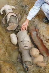大阪府羽曳野市、藤井寺市にまたがる陵東遺跡で発見された3体の人物埴輪。(上から)男子像、盾を持つ人物、力士とされる=24日