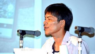 若年性認知症の大城勝史さんは「多くの方の支援で今の自分がある」と話した=26日、名護市民会館