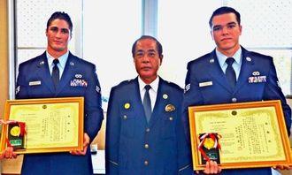 沖縄署の新里一署長(中央)から逮捕協力の感謝状を贈られたウジャハウスキーさん(左)とファイクさん=11月30日、沖縄署