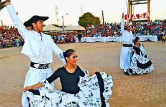 ボリビア南部の踊りを披露する踊り子たち=オキナワ移住地