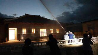 出火したと想定した世誇殿(よほこりでん)に向かって放水する職員=26日午前6時8分、首里城公園