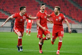 ハンガリー戦で、同点ゴールとなる3点目を決めたポーランドのレバンドフスキ(中央)=ブダペスト(AP=共同)