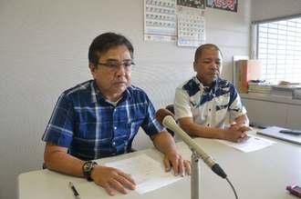 日本維新の会の松井一郎代表の発言に対する抗議文を発表する県総支部の當間盛夫幹事長(左)ら=20日、県議会