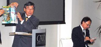 米シンクタンクで講演する稲嶺進名護市長(左)と玉城デニー衆院議員=19日(現地時間)、ワシントン
