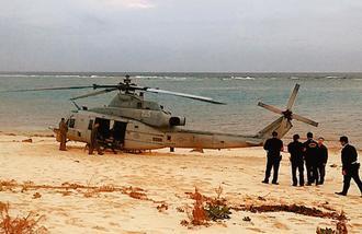 砂浜に不時着した米軍UH1ヘリ=6日午後4時47分、うるま市・伊計島(読者提供)