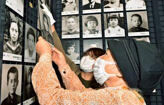 父親の遺影を掲示する知名美智子さん(手前)=21日午後、那覇市若狭・対馬丸記念館