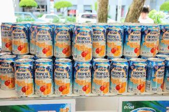 試飲缶を配布しているオリオントロピカルコレクション「マンゴーのビアカクテル」=14日、那覇市久茂地・タイムスビル