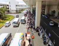那覇空港、待たされる観光客… レンタカー送迎の混雑解消へ 停車帯延長を計画