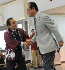 春季キャンプで久米島入りし、平良朝幸久米島町長の出迎えを受ける星野仙一楽天監督(右)=久米島空港