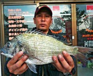 糸満釣り筏(いかだ)で40センチ、1・06キロのチヌを釣った上原満寿夫さん=12月27日