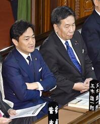 衆院本会議に臨む国民民主党の玉木代表(左)と立憲民主党の枝野代表=1月