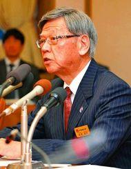 抗告訴訟に踏み切った経緯などについて説明する翁長雄志知事=25日午後、県庁