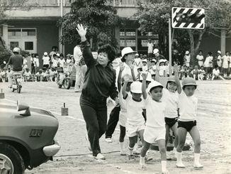 交通方法変更に備えた交通安全指導で、横断歩道を渡る子どもたち=1978年7月29日、那覇市・久茂地小学校