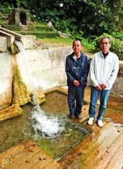 垣花樋川の本来の名前は「ワナガー」「シチャンカー」と知ってほしいと話す末吉清・垣花区長(右)と平良礼次さん=南城市の同所(イキガンカー)