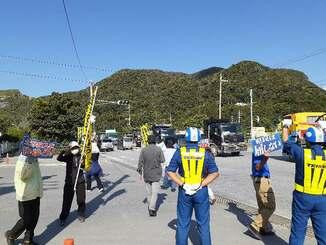 琉球セメント桟橋ゲート前で新基地建設に抗議する市民ら=9日午前9時20分、名護市安和