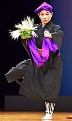 勇壮な「高平良万歳」で観客を魅了した仲程めぐみ琉舞道場の天久涼子さん