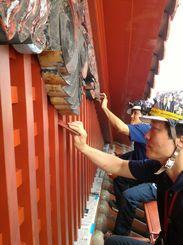 首里城正殿の漆を塗り替える森田哲也さん(手前)=2018年5月13日(本人提供)