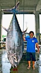 本マグロを釣り上げた上里学さん=28日、沖縄市の泡瀬漁港