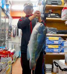 金武海岸で68.5センチ、6.75キロのマクブを釣った玉橋夏美さん=3日