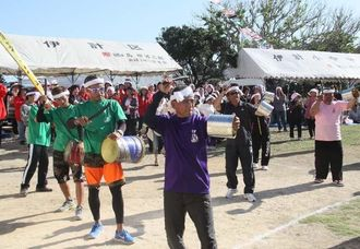 伝統のカンカラエイサーを演じる伊計島大運動会=うるま市与那城伊計・旧伊計小中学校