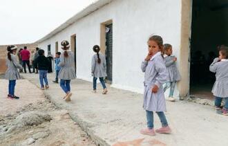 存続の危機にある学校で、休み時間に校舎の外に出る生徒たち=10月、ヨルダン川西岸ラスアッティーン(共同)