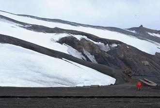 サウスシェトランド諸島の島の一つ、デセプション島。海底火山の活動でできたため、海岸は火山灰の黒砂ビーチが広がる=23日