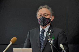 沖縄県内の新型コロナウイルス感染状況が改善していることから、県独自の緊急事態宣言を28日に解除する見通しを示す玉城デニー知事=22日沖縄県庁