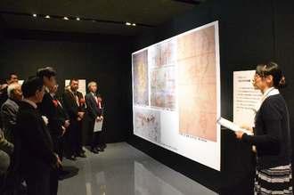 地図展では古地図の解説も行われた=1日、那覇市・県立博物館・美術館
