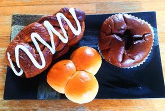 人気の高い(左から)シナモンデニッシュ、三色パン、Wチョコ