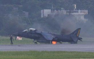 着陸後、車輪部分から出火した垂直離着陸戦闘攻撃機AV8Bハリアー=4日午後5時16分・嘉手納基地(読者提供)