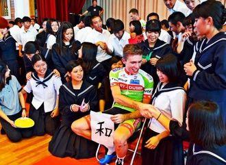 日本文化の紹介など交流する外国人選手と生徒ら=6日、今帰仁村・北山高校
