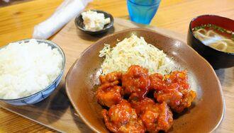 ランチおすすめメニューの「鶏チリ定食」(700円)。ほどよい甘辛でご飯がすすむ