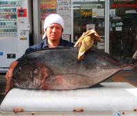 [有釣天]生きたオジサンを餌に遠投 サメと思ったら120センチのロウニンアジ!