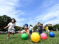 梅雨の晴れ間、はじける笑顔 今後の沖縄の天気は?