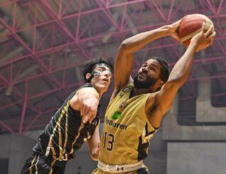 キングス―三河 第3Q、リバウンドを取るキングスのドウェイン・エバンス(右)=沖縄市体育館(国吉聡志撮影)