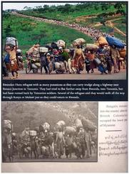 アフリカのルワンダ難民の避難写真(上)とミャンマー国軍の書籍で、ミャンマーに侵入するベンガル人として伝えられた写真(下)(ロイター=共同)