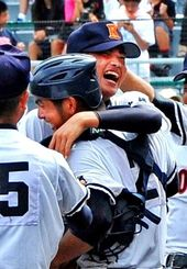 優勝を決め、抱き合って喜ぶ興南のエース・比屋根雅也(伊藤桃子撮影)
