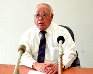 県民投票の回答期限を28日から来年1月4日に再延期したのは県の要望だと説明する下地敏彦市長=28日、市役所