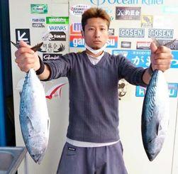宜名真海岸で1.74キロのカツオを釣った亀谷長美さん=3月30日