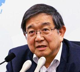 国地方係争処理委員会の会合を終え、記者会見する小早川光郎委員長=17日午後、総務省