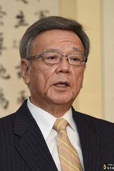 報道各社の新春インタビューに答える翁長雄志知事=22日、県庁