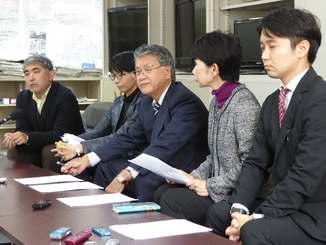 沖縄パンダプロジェクトの設立理由を説明する崎山喜孝さん(右から3人目)ら=24日午前、沖縄県庁