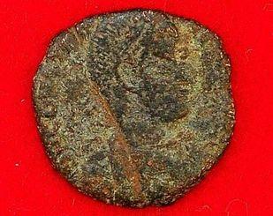 勝連城跡から出土したローマ帝国時代のものと推測されるコイン=26日午後、うるま市役所
