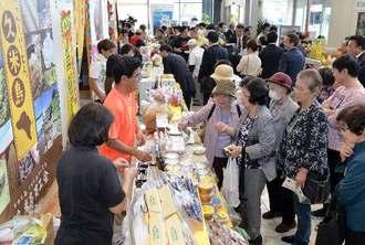 久米島の特産品を買い求める客でにぎわう、沖縄タイムスふるさと元気応援企画「久米島町 観光・物産と芸能フェア」=9日、那覇市久茂地・タイムスビル
