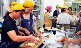 郷土料理「いなむどぅち」作りに取り組む参加者ら=名護市・大西公民館