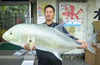 東浜海岸で95.5センチ、9.5キロのオニヒラアジを釣った宮城大さん=12日
