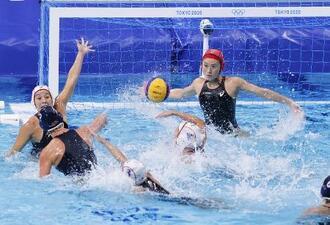 日本―米国 第1ピリオド、相手選手にゴールを決められる日本。GK三浦=東京辰巳国際水泳場