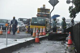 道路に接した斜面からの落石で、通行が一部規制されている国道58号線数久田交差点付近=1日午前8時