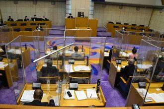 性の多様性を尊重する社会を実現するための条例を、全会一致(退席2人)で可決した浦添市議会=23日、浦添市安波茶・浦添市議会棟