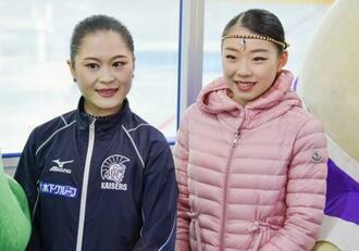取材に応じるフィギュアスケート女子の宮原知子(左)と紀平梨花=14日、京都府宇治市